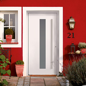 Accentuated white aluminium front door on a red house : groke doors - pezcame.com